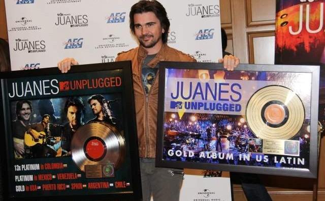 Juanes recibe disco de oro por su MTV Unplugged
