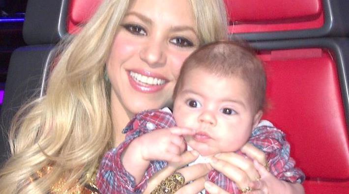 Shakira publica fotografía con Milan en el set de 'The Voice'