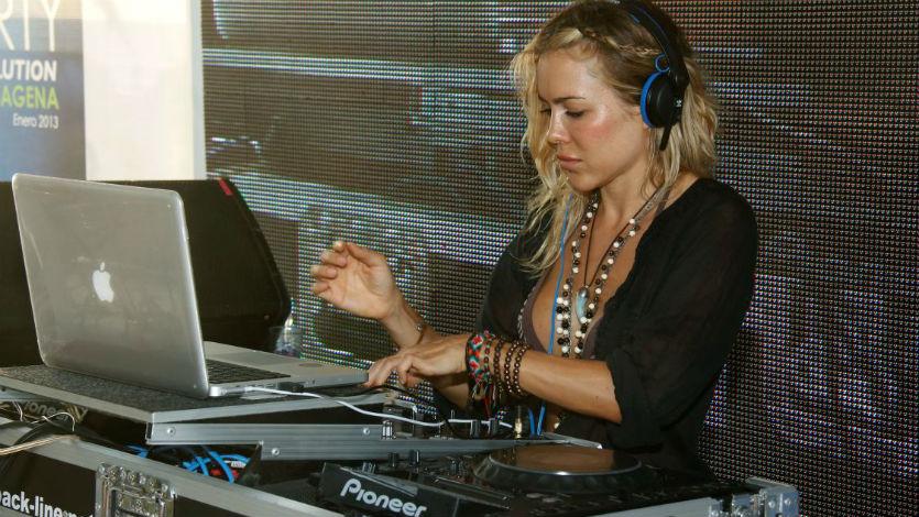 Natalia París es la DJ invitada en el toque de Paris Hilton