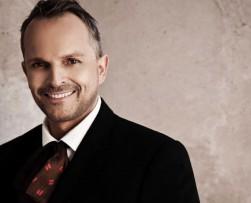 Miguel Bosé presenta su nueva canción titulada 'Encanto'