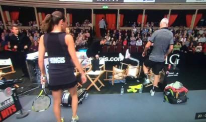 Video: Elton John se cae durante partido de tenis en Londres