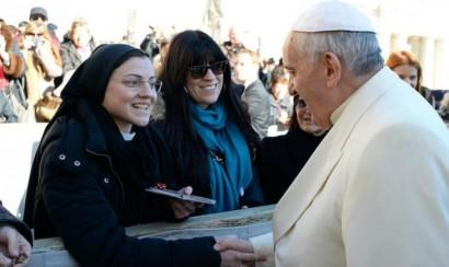 Sor Cristina regala al papa Francisco su primer disco