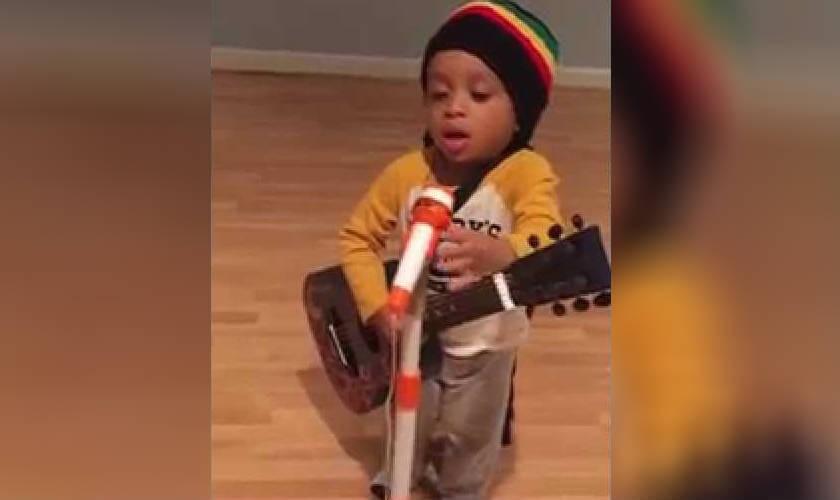 Niño que imita a Bob Marley es sensación en internet