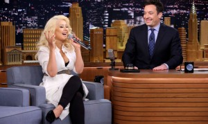 Christina Aguilera imita a Shakira en The Tonight Show