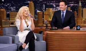 Christina Aguilera imita a Shakira en el programa The Tonight Show