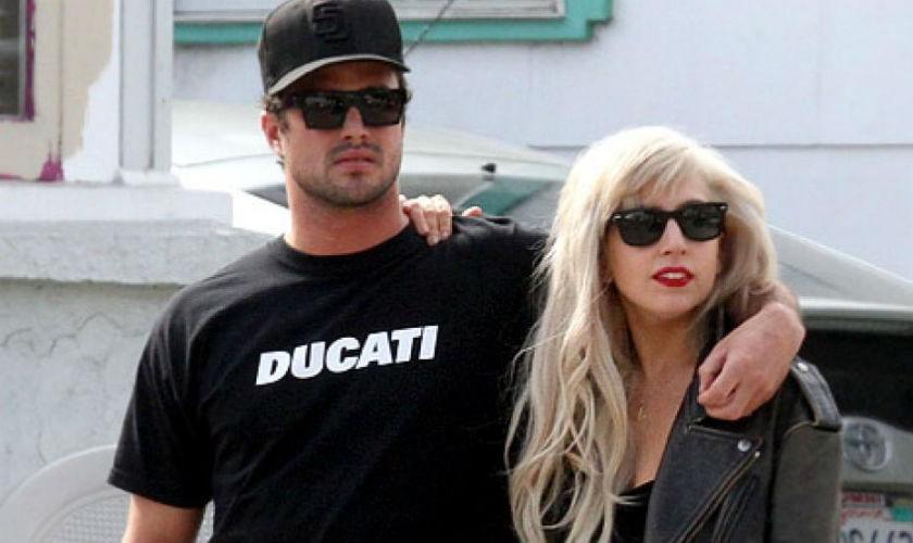 Lady Gaga anuncia compromiso con Taylor Kinney