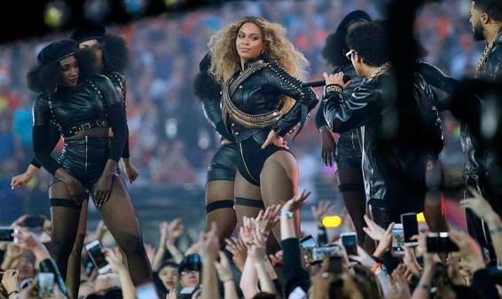 Así fue la casi caída de Beyoncé en su actuación en el Super Bowl