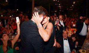 Video: Mujer besa a Ricky Martin y paga 100 mil dólares
