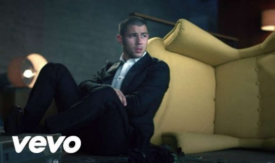 Nick Jonas presenta el video de su canción 'Under You'