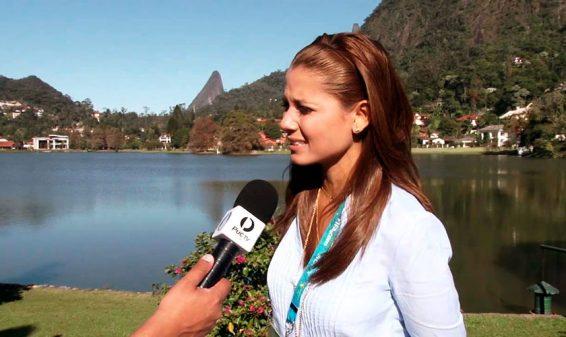 Presentadora Melissa Martínez se cae en vivo y en directo