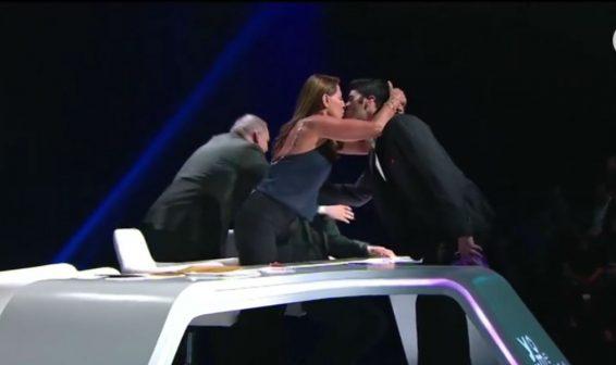 Amparo Grisales y Ernesto Calzadilla se besan en Yo me llamo