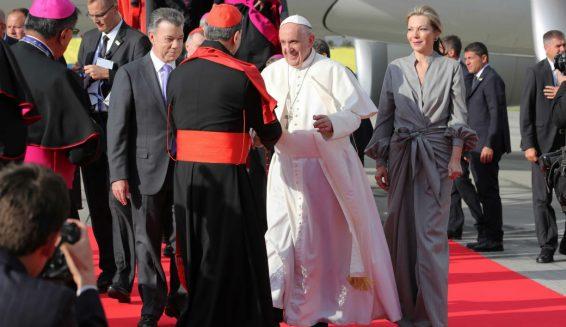 Critican vestido que usó Tutina de Santos para recibir al Papa Francisco