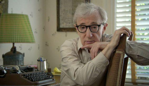 Hija adoptiva de Woody Allen afirma que su padre la tocó cuando era niña